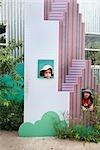 Petits garçons jouant au gratte-ciel en carton