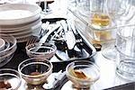 Schmutziges Geschirr auf Küchentisch