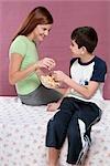 Mère avec son fils partage un bol de pop-corn