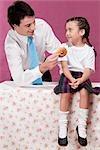 Alimentation donut à sa fille de l'homme