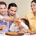 Famille partage une pizza