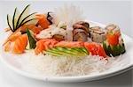 Gros plan d'un plateau de sushis assortis