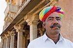 Homme avec un palais dans le fond, Chittorgarh, Rajasthan, Inde