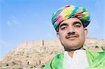 Portrait d'un homme fort dans le fond, le Fort de Meherangarh, Jodhpur, Rajasthan, Inde