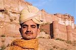 Marié avec fort en arrière-plan, Fort de Meherangarh, Jodhpur, Rajasthan, Inde