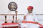 Homme tenant une épée et fumer, Fort de Meherangarh, Jodhpur, Rajasthan, Inde