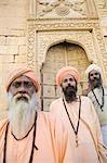 Portrait de trois sadhus, debout devant un bâtiment, Jaisalmer, Rajasthan, Inde