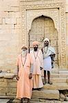 Trois sadhus, debout devant un bâtiment, Jaisalmer, Rajasthan, Inde