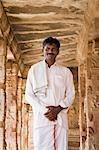 Mann stand in einem Tempel, Krishna Tempel, Hampi, Karnataka, Indien