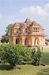 Tempel in den Rasen, Lotus-Tempel, Hampi, Karnataka, Indien