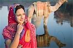 Femme avec la réflexion d'un chameau et un mausolée dans la rivière, Taj Mahal, la rivière Yamuna, Agra, Uttar Pradesh, Inde