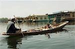 Homme qui vend des légumes dans un bateau, lac Dal, Srinagar, Jammu And Kashmir, Inde