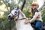 Portrait de cow-girl jeune cheval blanc hongre