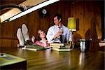 Vintage portrait d'homme d'affaires et femme d'affaires avec une cigarette dans la salle de conférence
