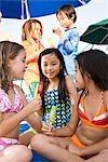 Multiethniques enfants portant des maillots de bain manger des sucettes glacées
