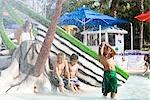 Enfants multiethniques au parc de l'eau en été