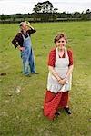 Moyenne de couple senior au pâturage vert