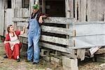 Senior couple sur une ferme près de grange