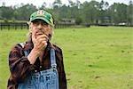 Ranch travailleur permanent dans le champ vert