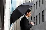 Profil de côté d'homme d'affaires tenir parapluie