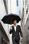 parapluie holding homme d'affaires
