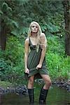 Portrait d'adolescente permanent dans le ruisseau, près de Portland, Oregon, Etats-Unis