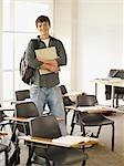 Zuversichtlich College-Student im Klassenzimmer stehen