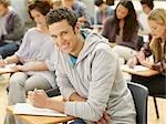 Lächelnd College-Student im Klassenzimmer