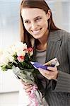 Geschäftsfrau holding Bouquet von Blumen und Karte