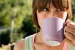 Frau trinken Kaffee im freien