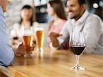 Amis ayant des boissons au Bar à vin, Toronto, Ontario, Canada