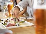 Groupe de personnes mangeant des apéritifs au Bar à vin, Toronto, Ontario, Canada