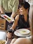 Kellner serviert Frau in Wine Bar, Toronto, Ontario, Kanada