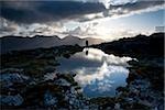 Maumturks, Co Galway, Irlande ; Personne près du sommet du Knocknahillion