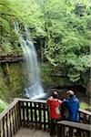 Co Sligo, Irlande ; Touristes en admirant Glencar waterfall de passerelle