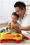 Père et fils jouer ensemble