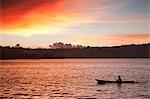 Coucher de soleil sur le bateau de pêche sur lac toba en Indonésie