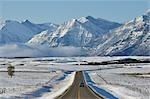 Routes et montagnes Rocheuses près des Lacs-Waterton, Alberta, Canada