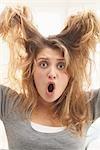 Close-up Portrait von Teenager ziehen an ihr Haar mit Mund offen