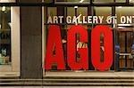 Avant l'entrée du Musée des beaux-arts de l'Ontario, Toronto, Ontario, Canada