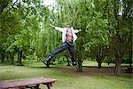 Homme dans le parc en sautant en l'Air