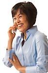 Femme sur un téléphone cellulaire