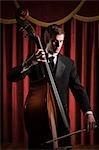 Junger Mann spielen Kontrabass