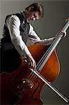 Junger Mann spielen Kontrabass, Studioaufnahme