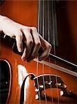 Nahaufnahme der junge Frau spielt Violoncello