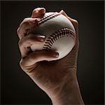 Main de la jeune femme tenant un baseball
