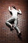 Coup de Studio de jeune femme, escalader le mur de briques