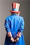 Homme en costume de l'oncle Sam comme prisonnier, studio shot