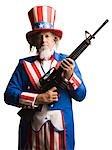 Homme en costume de l'oncle Sam avec armes à feu, studio shot