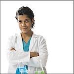 Technicien de laboratoire posant